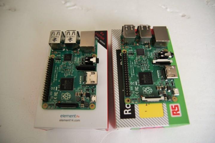 Hai mạch Made in PRC (bên trái) và Made in the UK (bên phải)